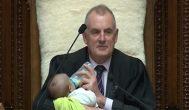 紐西蘭議長幫男同志議員顧兒 議座之上抱嬰餵奶引關注