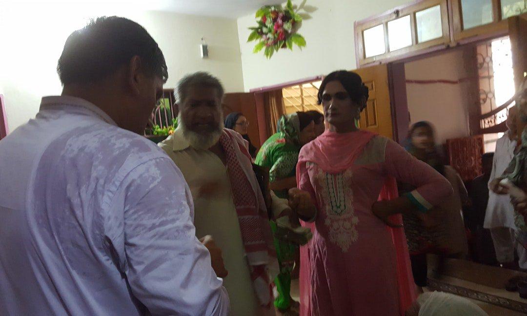 生了女兒的同志爸爸,在巴基斯坦鄉間婚禮跳出「女腔」舞姿