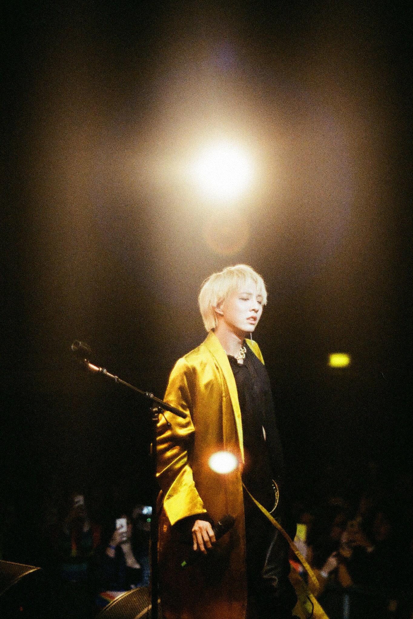 Holland:「你值得被愛,你最必須愛的人是你自己,而不是別人。」韓國樂壇首位出櫃的偶像解釋,為何「出櫃」這件事這麼重要